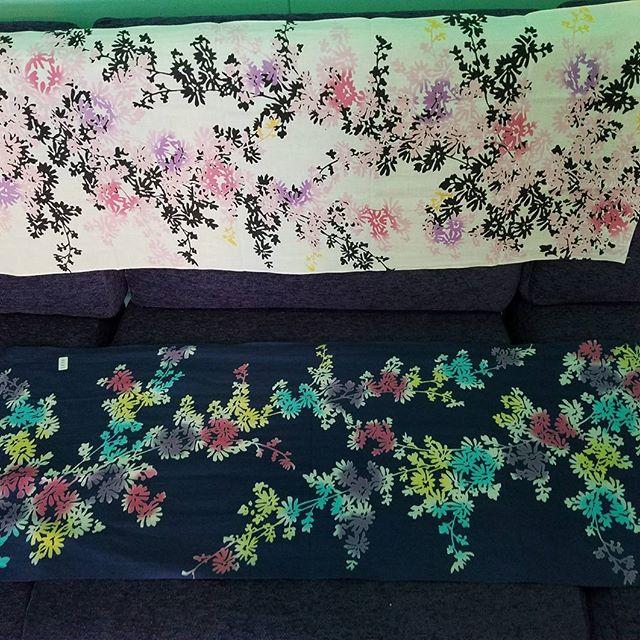 今日の一枚てか二枚は和布華の小花(上)と注染工房さんの小花(下) 同じ型紙でも染め方で全然印象変わりますね。オーペンしてます!